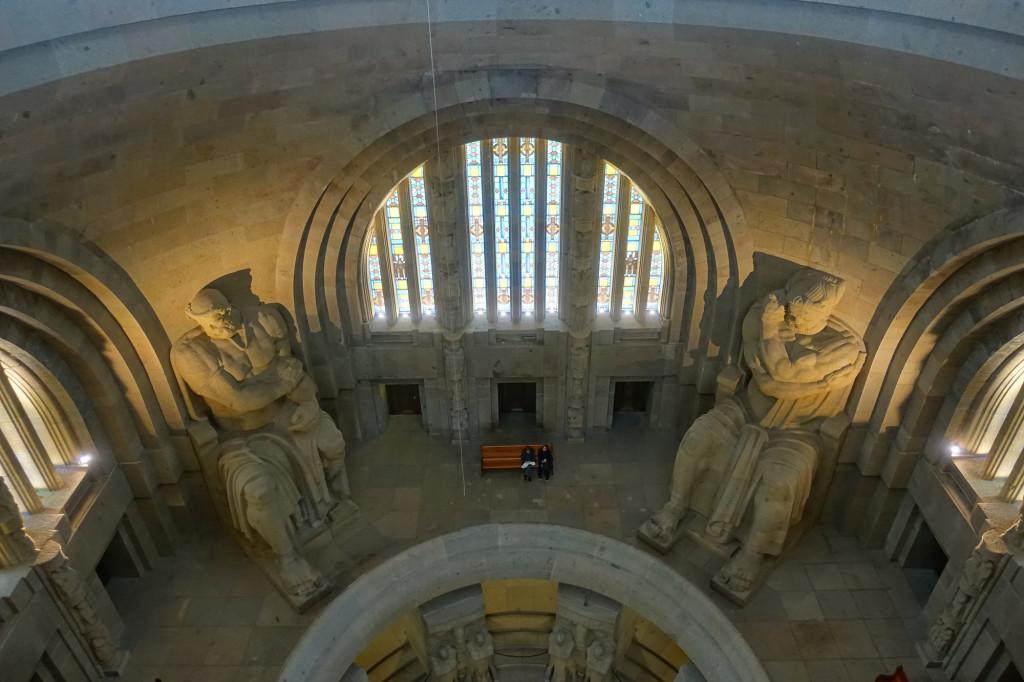 Zwei der vier 9,5 Meter hohen Statuen der Totenwächter in der Ruhmeshalle