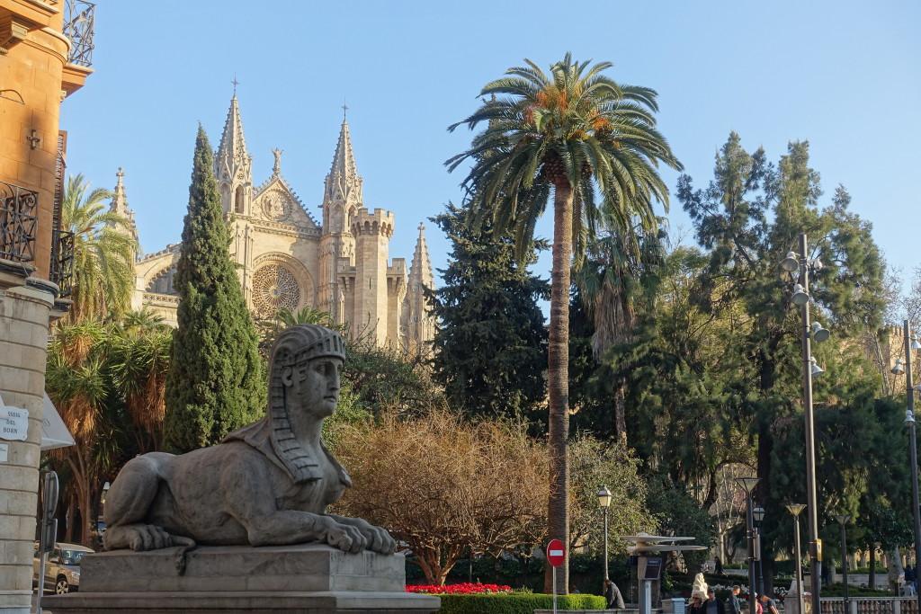 Plaza Reina - im Hintergrund die Kathedrale
