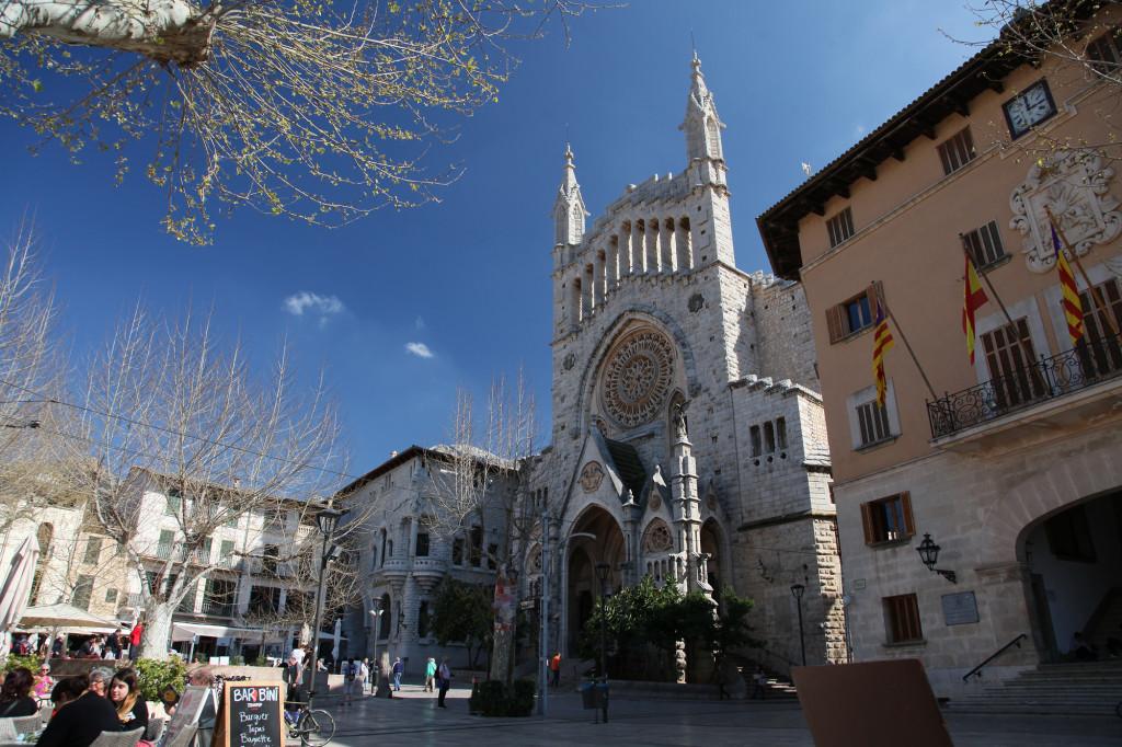 Sóller - Placa Constitució mit der Kirche St. Bartomeu