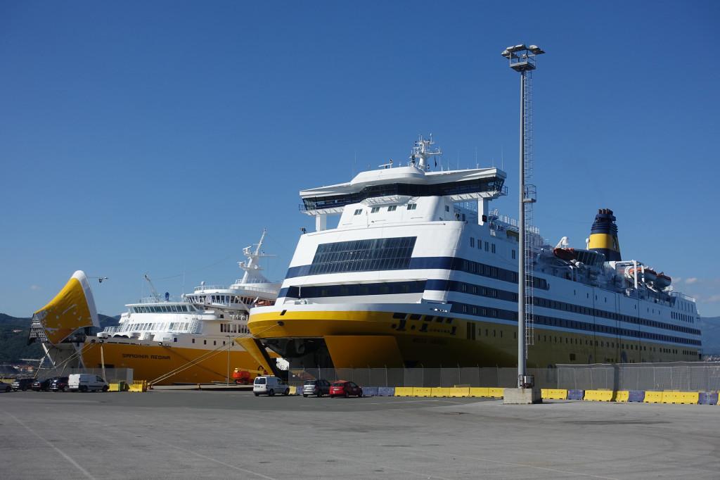 """Rechts unsere Fähre, die """"Mega Andrea"""", links die """"Sardinia Regina"""", die uns drei Wochen später wieder nach Savona zurückbringen wird"""