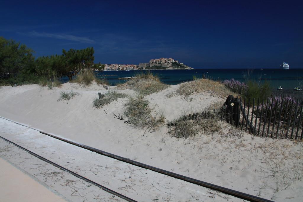 Blick auf die Altstadt von Calvi - im Vordergrund das Gleis der Bahn nach Ile Rousse