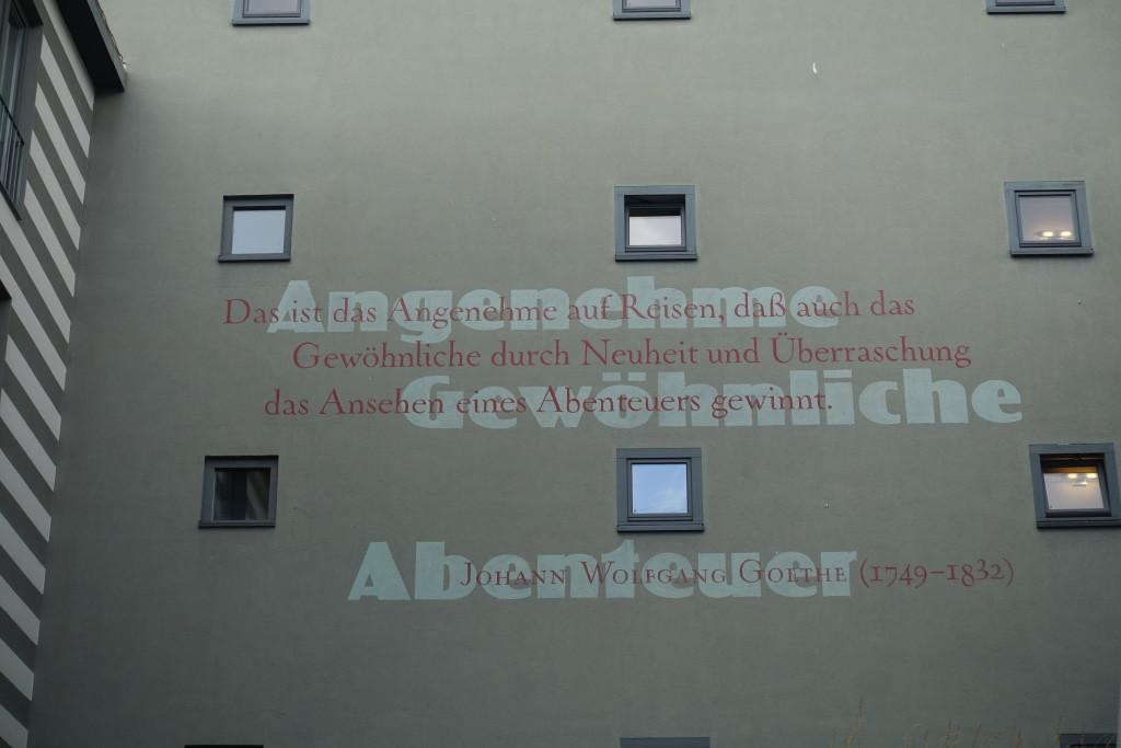 Viele Hausfronten sind mit Sprüchen Goethes bemalt