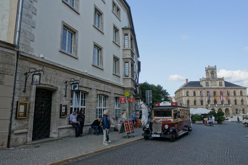 """Front des Hotels """"Elephant"""" mit Blick auf das Rathaus am Marktplatz"""