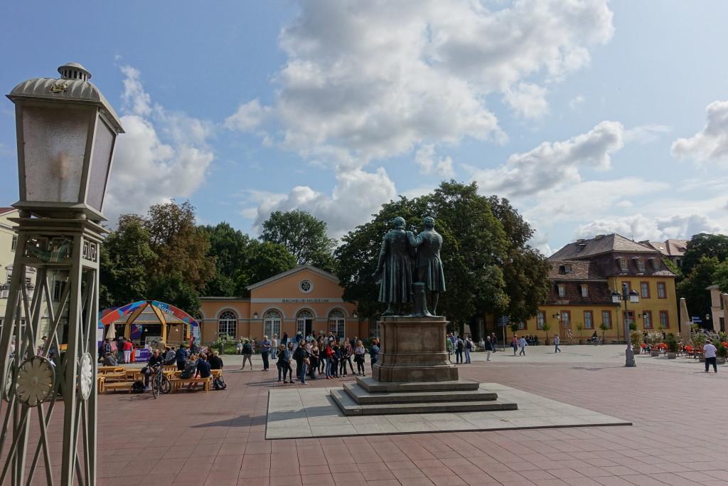 Theaterplatz mit dem Bauhaus-Museum, dem Wittums-Palais und dem Goethe-Schiller-Denkmal