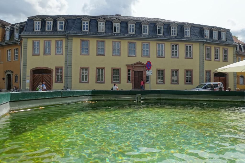Blick über den Goethebrunnen auf das Goethehaus