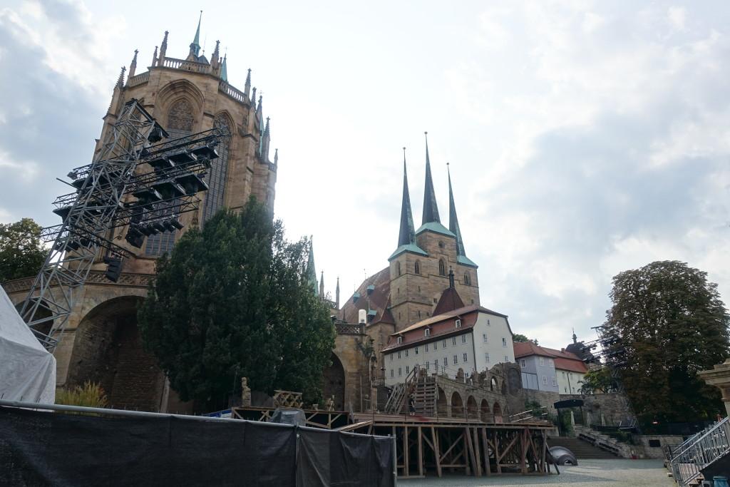 DomStufen-Festspiele am Fuß von Mariendom und Sankt-Severi-Kirche