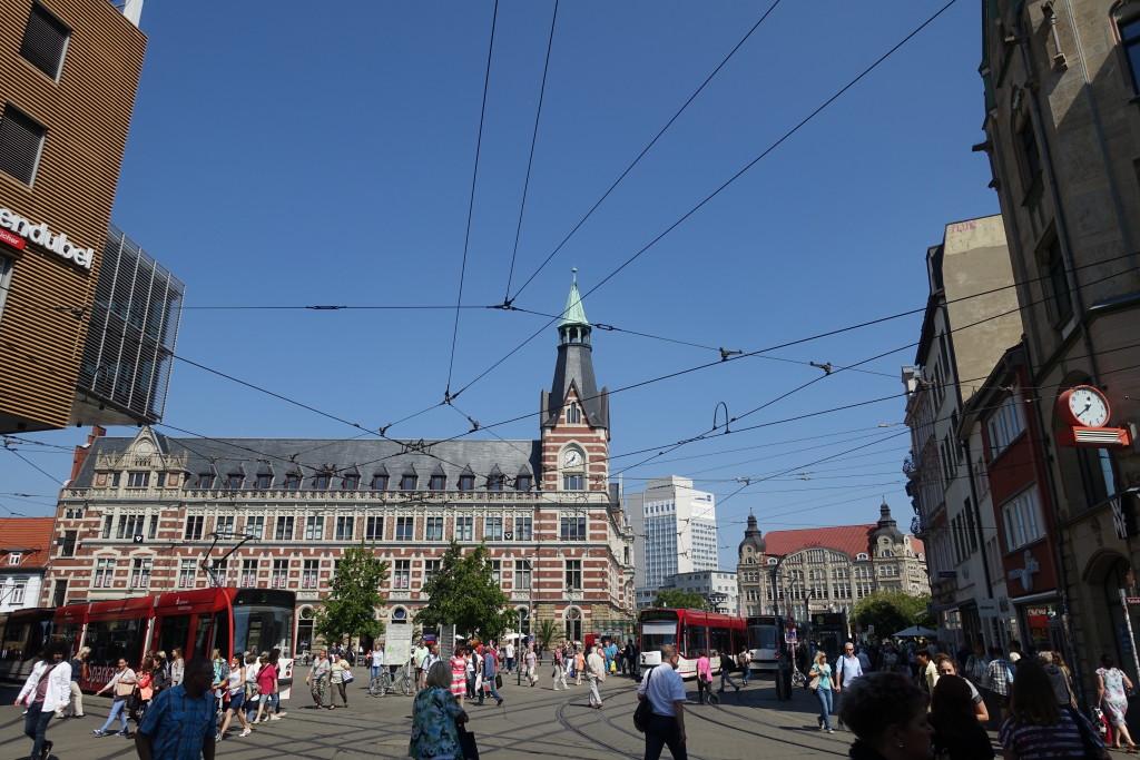 """Der Platz """"Anger"""" mit dem Gebäude der Hauptpost von 1886"""