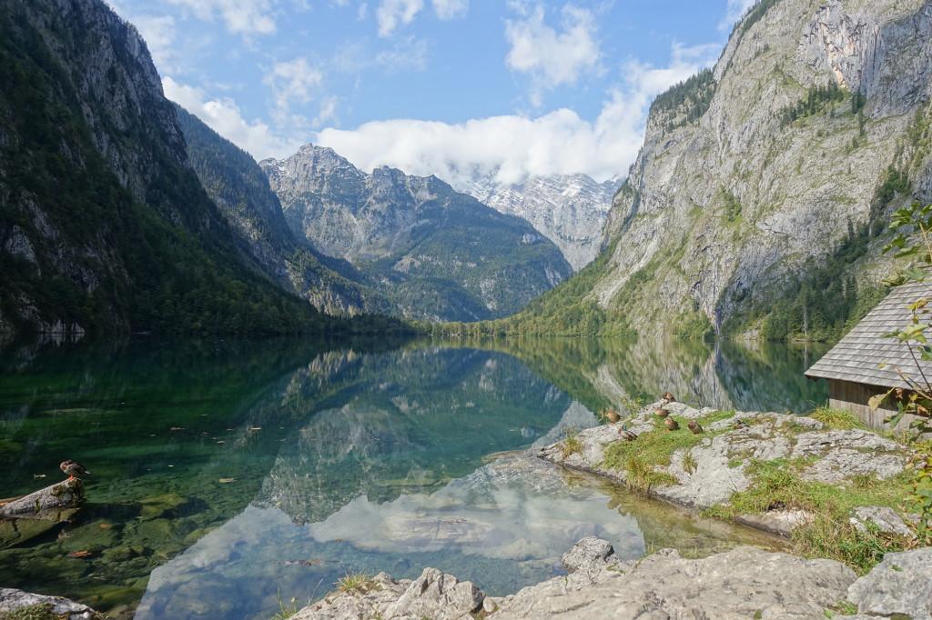 Obersee - im Hintergrund der von Wolken eingehüllte Watzmann