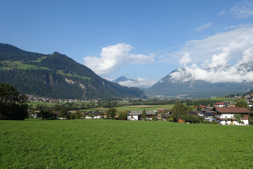 Blick vom Hotel in das Zillertal; hinten schließt sich das Inntal an