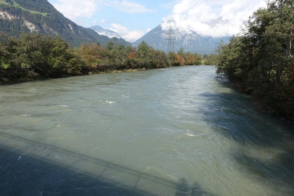 Der ungestüm dahinfließende Fluss Ziller. Reinfallen möchten wir da nicht.