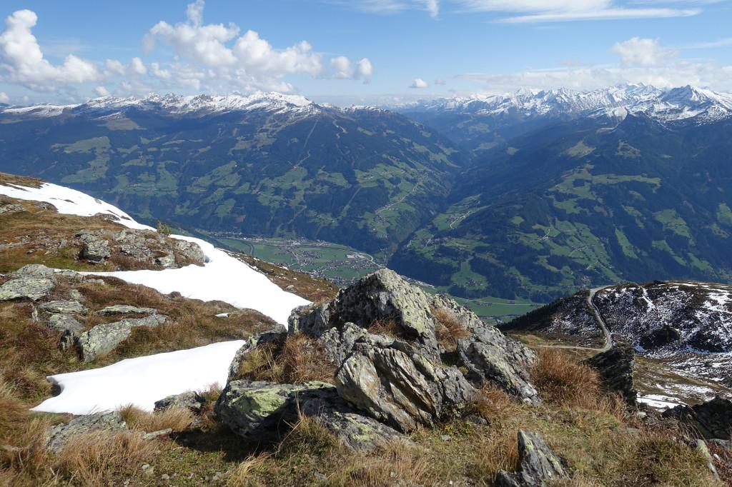 Am Gipfel des Rauhenkopf (2268 Meter) - tief unten das Zillertal