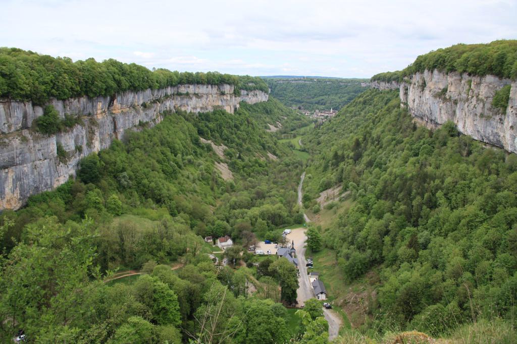 Der Kessel von Baume-les-Messieurs - hinten liegt der Ort