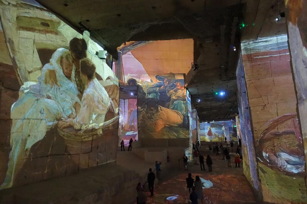 Les Baux - im Steinbruch - Multimedia-Show mit den Werken Picassos
