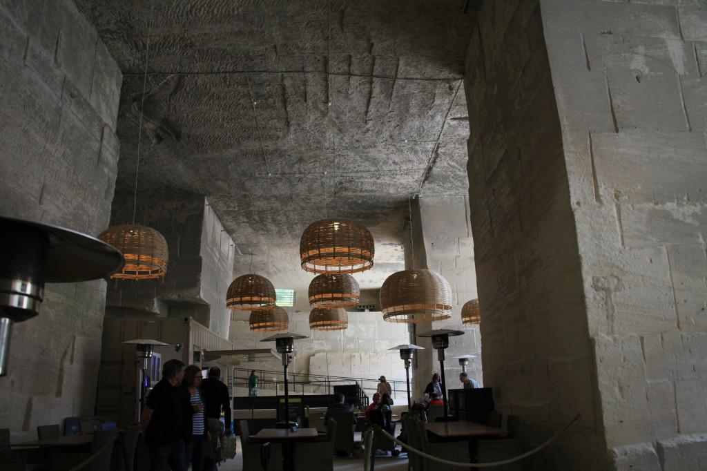 Les Baux - auch ein Café gibt es im Steinbruch
