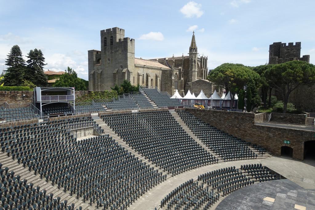 Blick über das Theater auf die Kirche