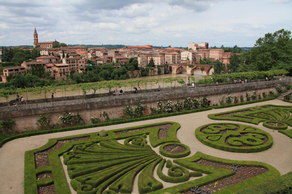 Der Garten des Palais de la Berbie mit Blick auf den Tarn und den Pont Vieux