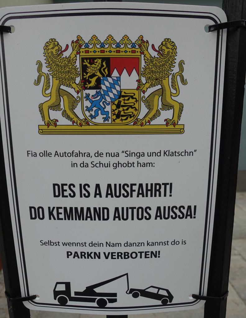 """Eine Übersetzungshilfe: """"Für alle Autofahrer, die nur Singen und Klatschen in der Schule hatten: Das ist eine Ausfahrt. Hier kommen Autos raus. Selbst wenn du deinen Namen tanzen kannst: Hier ist Parken verboten."""""""
