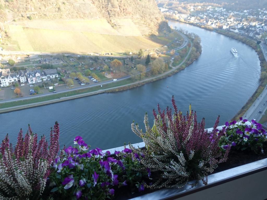 Blick auf die Mosel vom freitragenden Balkon