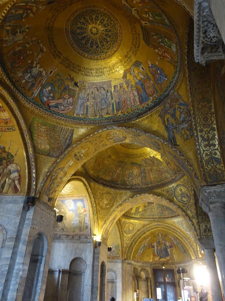 Der Eingangsbereich von San Marco - welche andere Kirche wäre nicht froh, solche Schätze innen präsentieren zu können?!