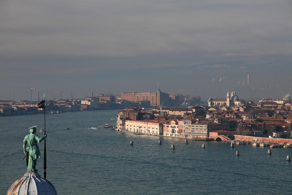 Das große Gebäude auf der Insel Giudecca ist die ehemalige Molino Stucky, in dem sich heute das Hilton befindet. Ganz im Hintergrund im Dunst das Industriegebiet von Mestre