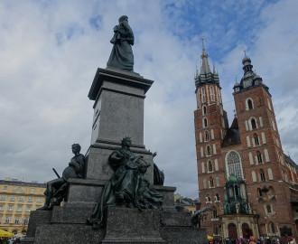 Am Rynek - Adam-Mickiewicz-Denkmal und Marienkirche