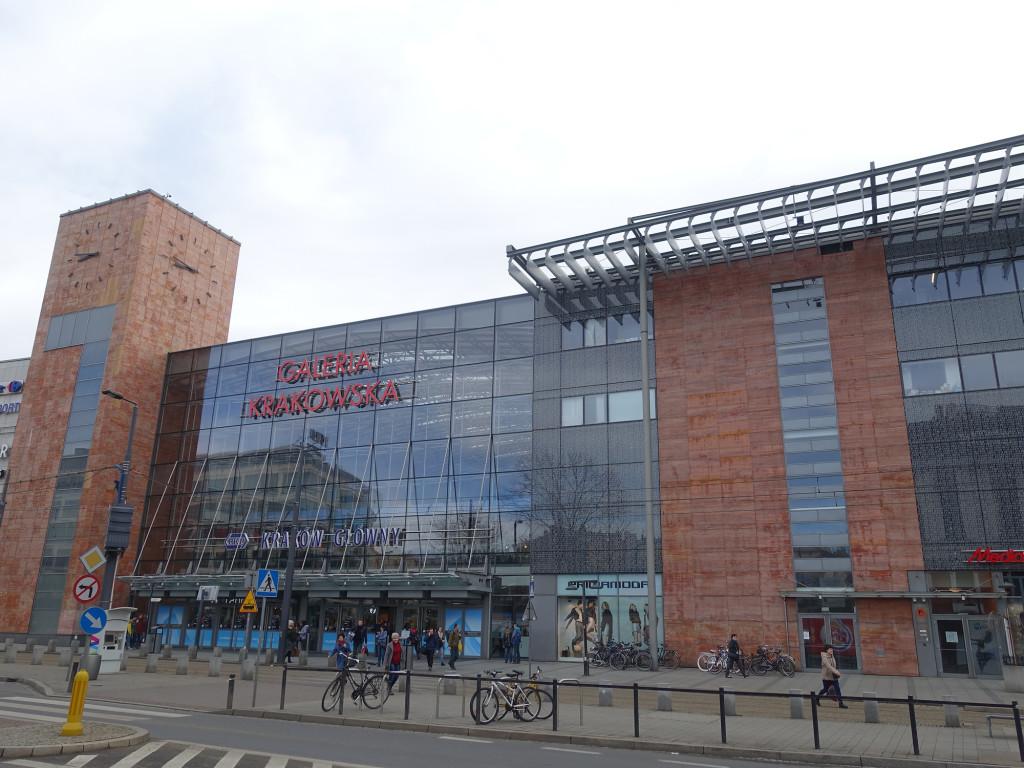 "Das riesige Einkaufszentrum ""Galeria Krakowska"" umschließt den Hauptbahnhof ""Kraków Główny"""