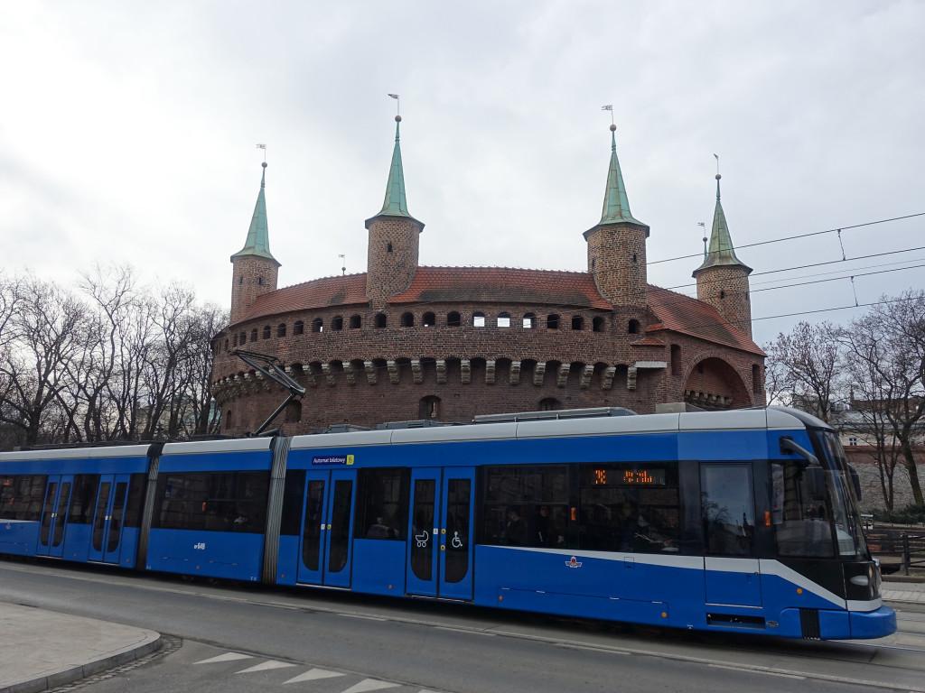 Krakau verfügt über ein gut ausgebautes Straßenbahn-Netz, im Hintergrund die Barbakane