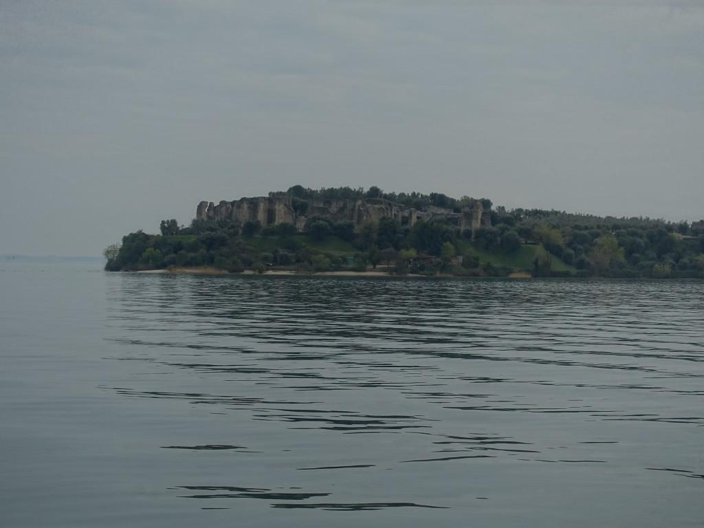 Die Spitze der Halbinsel von Sirmione mit den Grotten des Catull