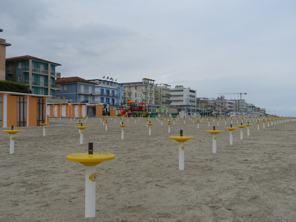 Igea Marina - die Füße für die Sonnenschirme sind schon eingepflanzt