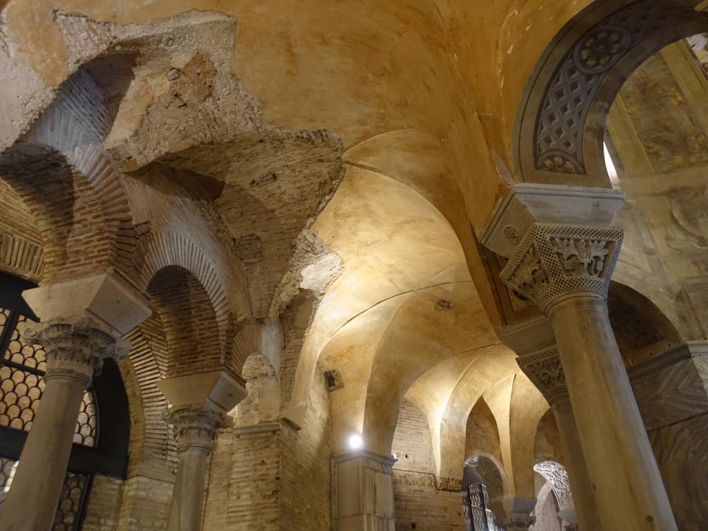 Basilica di San Vitale - an solchen Stellen wurden die Mosaiken geraubt, einige befinden sich heute im Aachener Dom