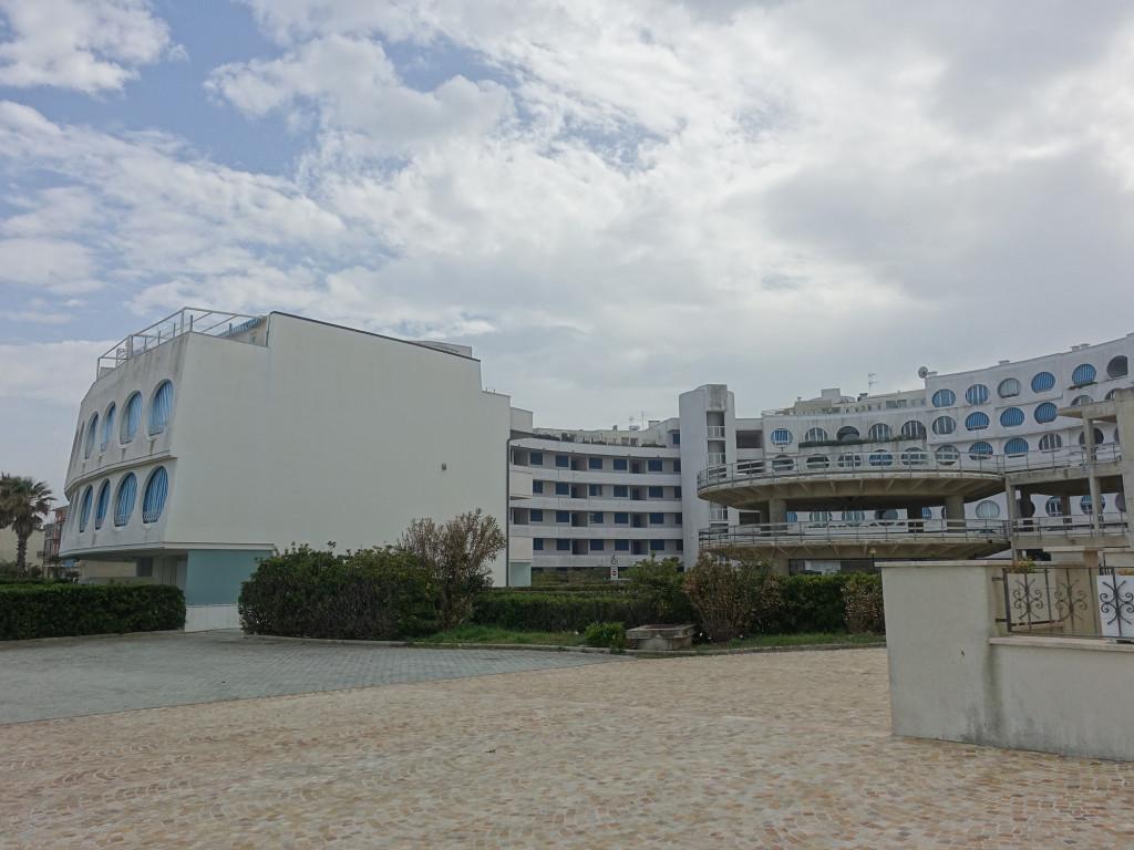 Porto Recanati - das Gebäude erinnert an die Urlaubszentren am französischen Mittelmeer