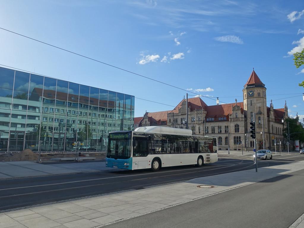 Dessau - links ein Teil des neuen Bauhaus-Museums, rechts die Hauptpost