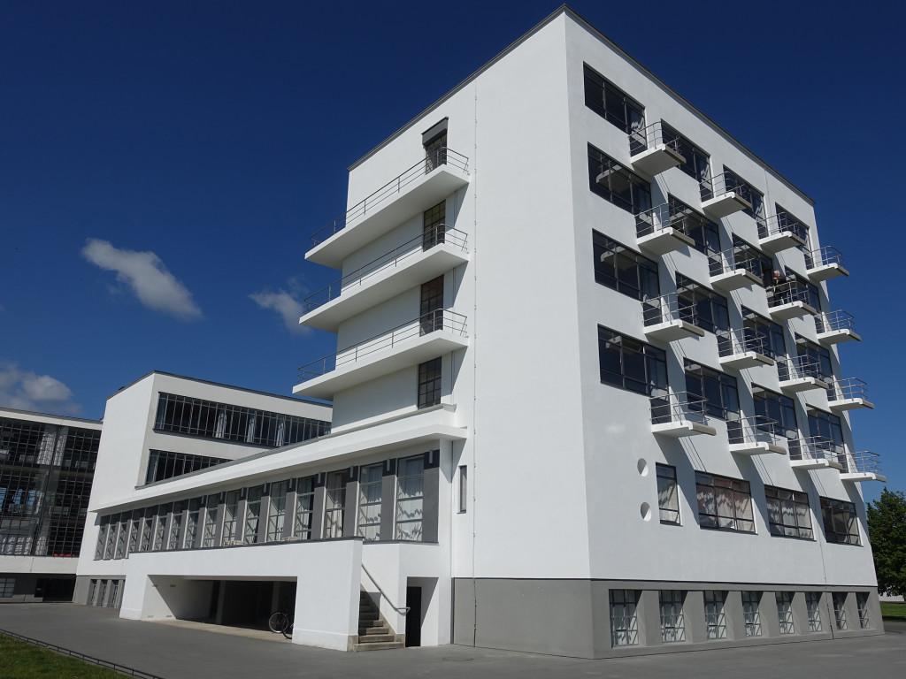 """Bauhaus - im Vordergrund das """"Studentenwohnheim"""""""
