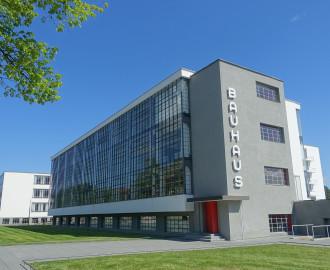 Dessau - Bauhaus - der Werkstättentrakt mit der vorgehängten Glasfassade