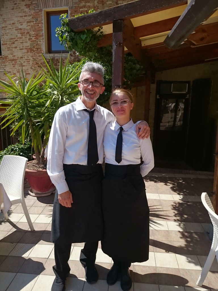 "Gradara - Restaurant ""Mastin Vecchio"" - zwei der supernetten Kellner/innen"