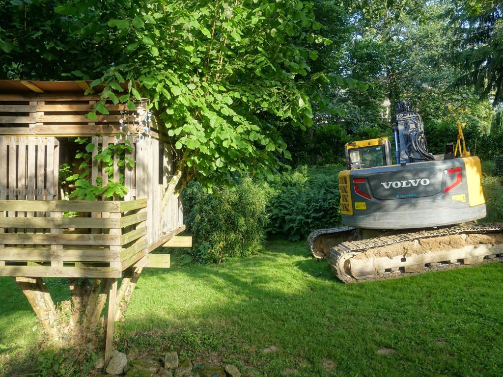 Nein, der Bagger ist nicht das Hobby von Bruno. Im Garten sind ab Montag Baumaßnahmen angesagt. Armer Garten!