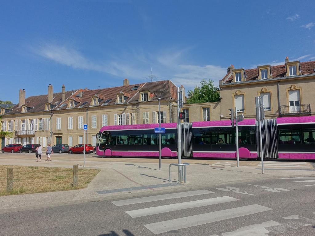 Auch Metz hat ein supermodernes Nahverkehrssystem - dies hier ist aber keine Straßenbahn, es ist ein langer Bus