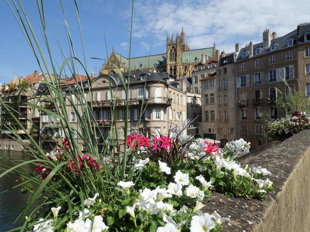 Metz - die Kathedrale spitzt schon über die Häuser
