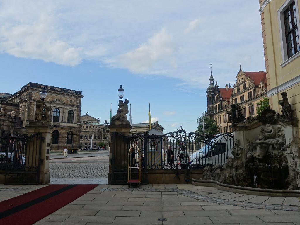 Blick vom Eingangsbereich des Hotels auf Zwinger, Semperoper und Schloss