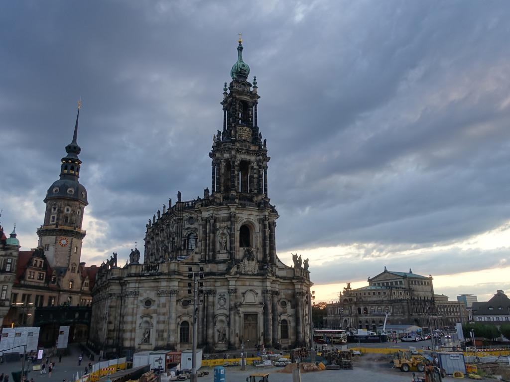 """Blick auf den """"Hausmannsturm"""" des Schlosses und auf die Hofkirche und die Semperoper"""