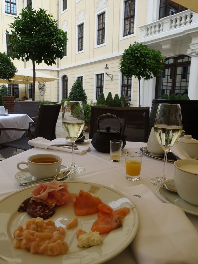 Frühstück im Innenhof des Taschenbergpalais