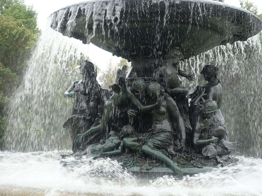 """Albertplatz - Brunnen """"Stille Wasser"""""""