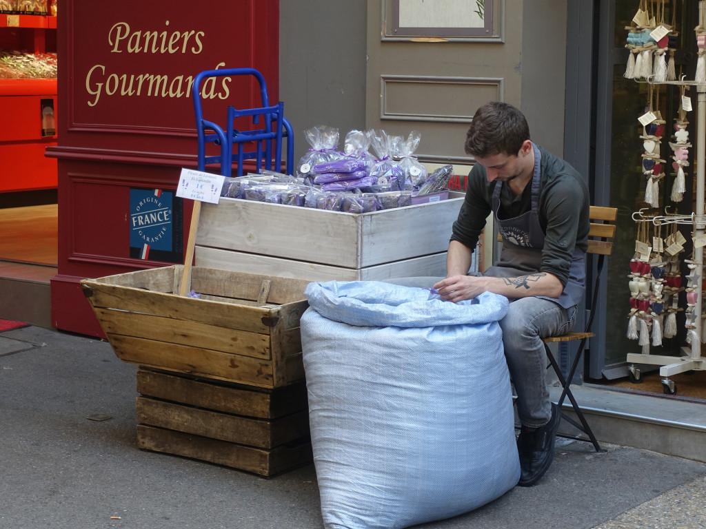 Die Lavendelsäckchen für die Touris werden gefüllt
