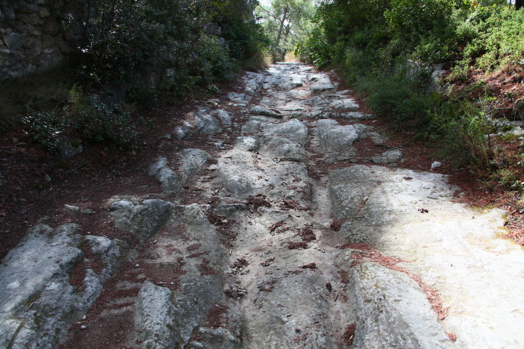 Fontvieille - Sentier des Moulins - in den Fels gegrabene Rillen der Räder der Getreidewagen