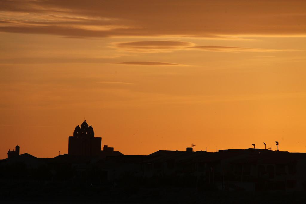 Sonnenuntergang mit der Silhouette der Wehrkirche