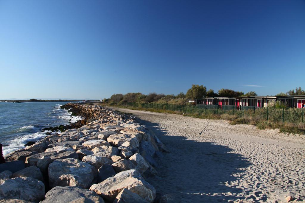"""Die """"Kleine Rhone"""" - rechts der Campingplatz """"Clos du Rhône"""""""