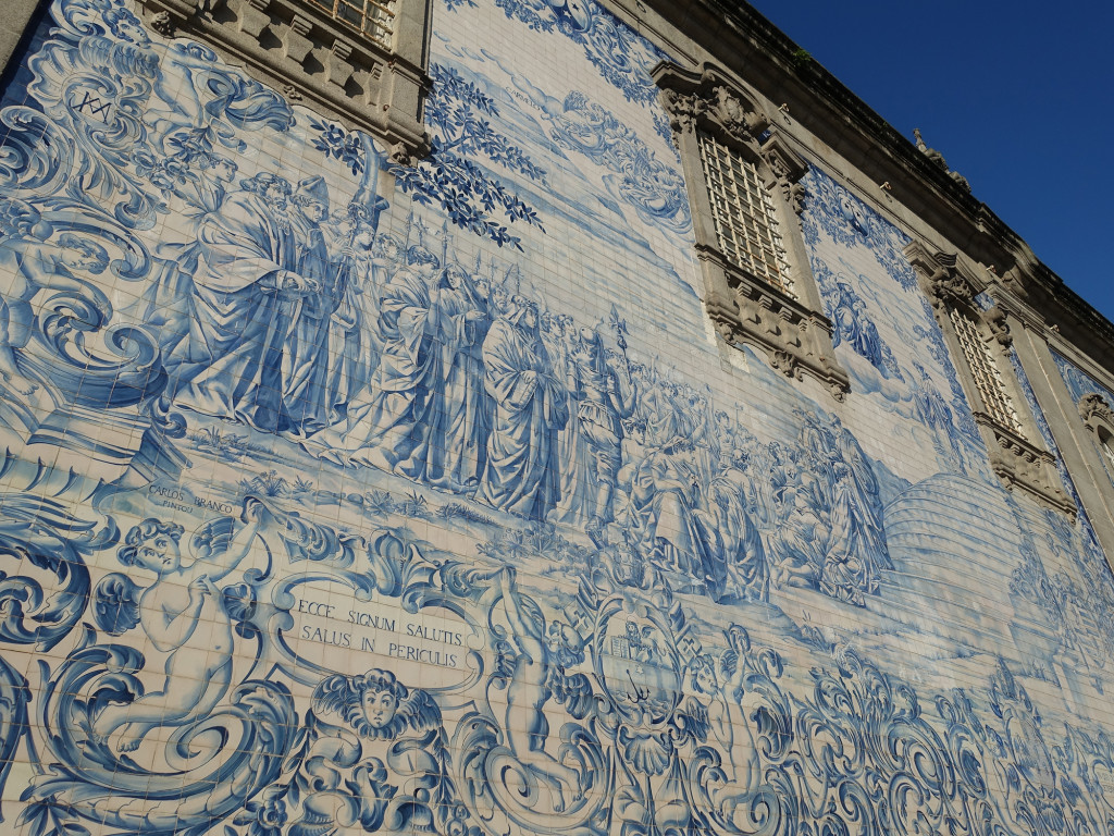 """Die Seitenwand der Kirche """"Igreja do Carmen"""""""